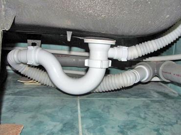 Способ присоединения сифона к канализационной трубе