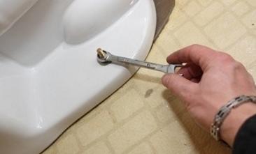 Затяжка крепежным болтов ключом