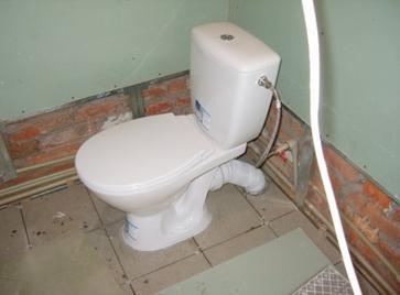 Унитаз, подключенный к водопроводу и канализации