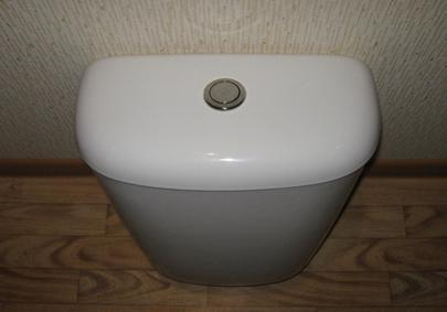 Сливной бачок, оборудованный кнопкой для смыва воды