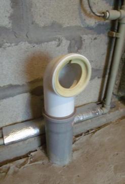 Выведение канализационной трубы к сливу унитаза