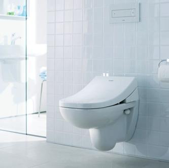 Унитаз, установленный на стене туалетной комнаты