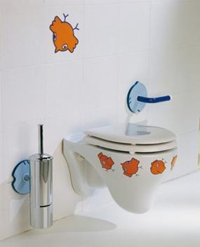 Детский унитаз, закрепленный на стене туалетной комнаты
