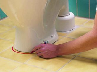 Примерка унитаза и нанесение разметки в область установки