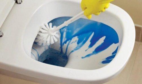 Распределение чистящего вещества по поверхности унитаза