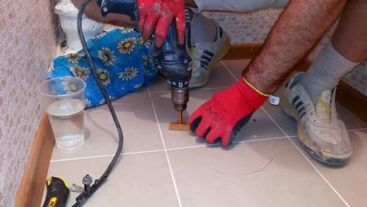 Сверление отверстий в полу для монтажа сантехники
