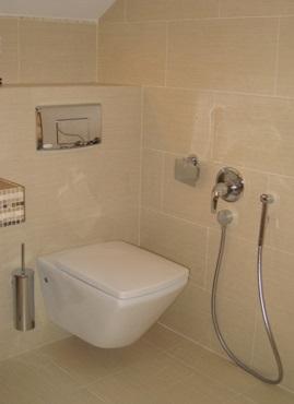 Устройство, вмонтированное в стену туалетной комнаты