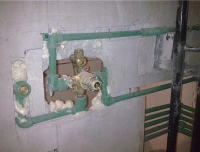 Установка корпуса смесителя и подводка труб