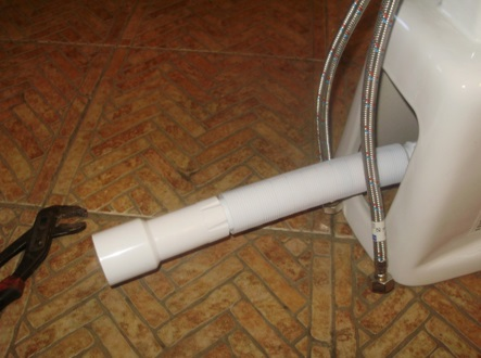 Соединение сантехнического устройства с канализационной трубой