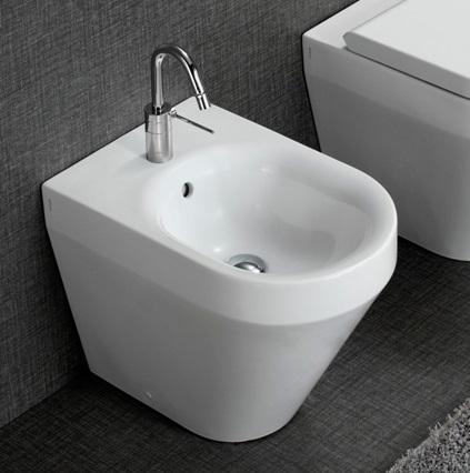 Сантехника, закрепленная на полу туалетной комнаты