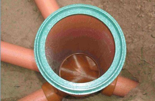Канализационный колодец для контроля за состояние стыка труб