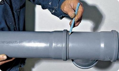 Задвинув трубу в раструб до упора, наносят метку, с помощью которой регулируют термический зазор