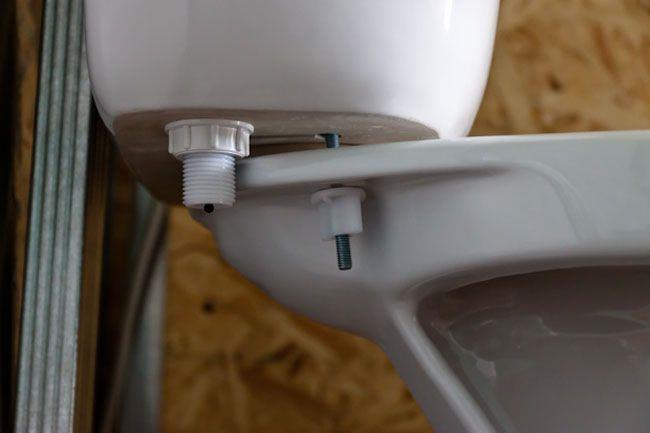 Отсоединение бачка от унитаза посредством откручивания винтов от шпилек