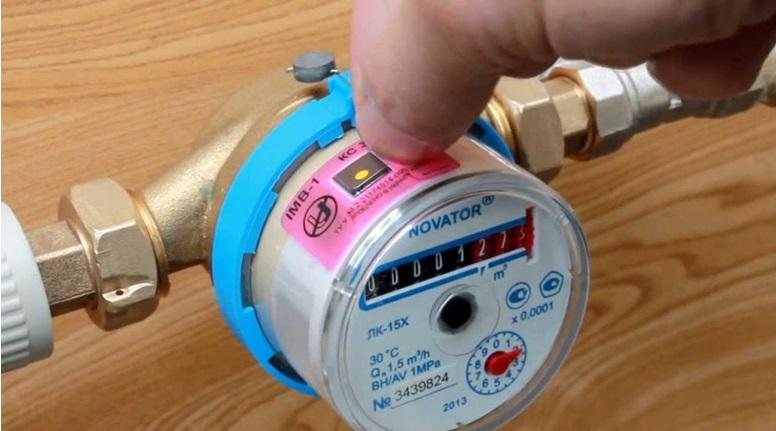 Крепление антимагнитной наклейки на прибор учета воды