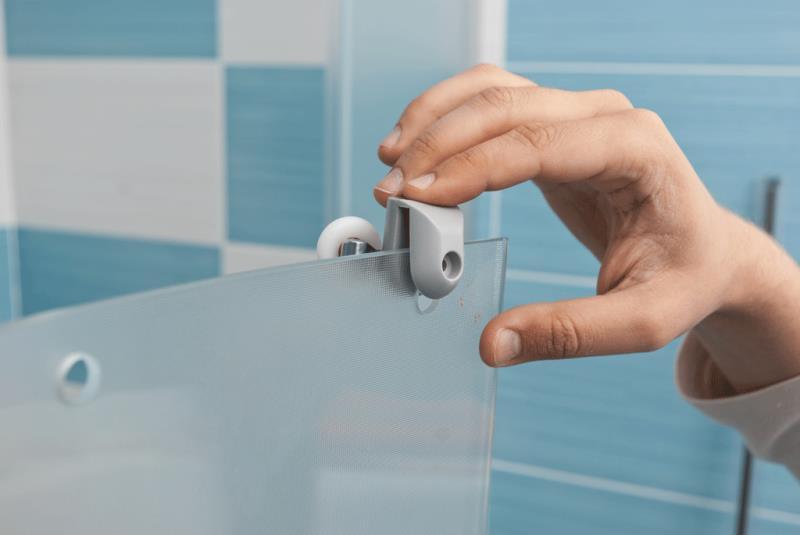 Снятие и монтаж новой фурнитуры дверцы