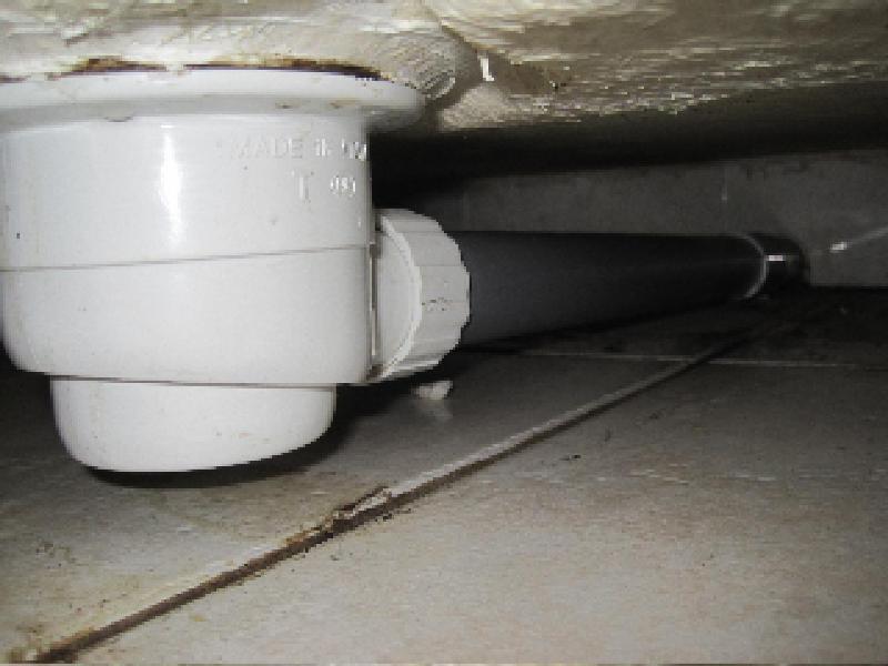 Соединение сифона с канализационной трубой