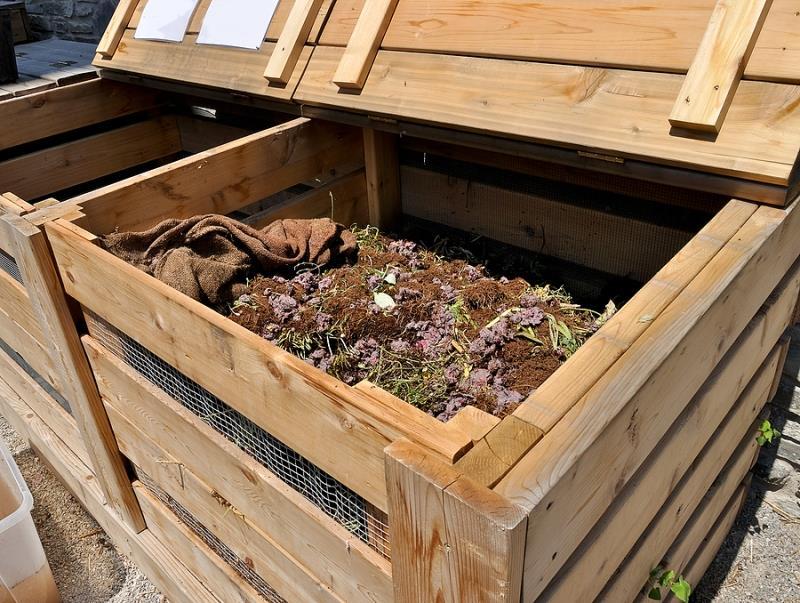 Специальная яма для получения компоста