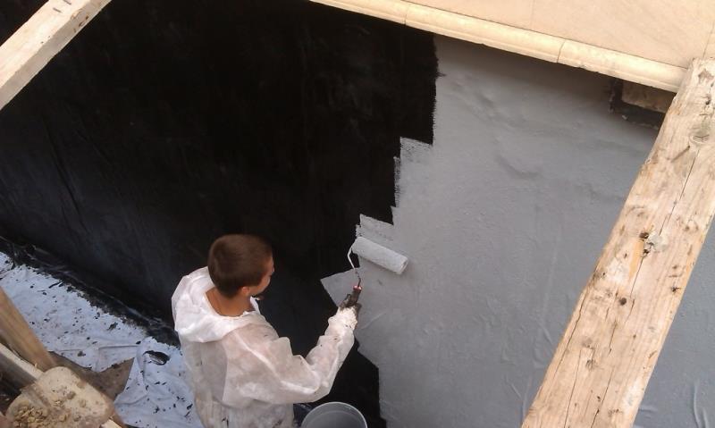 Обработка стен битумной мастикой