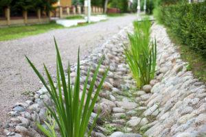 Ливневая канава, декорированная камнем