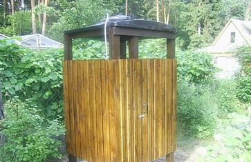 Кабина для душа, собранная из деревянных досок