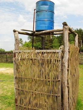Оригинальный душ, собранный из веток