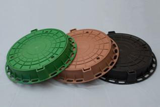 Люки из пластика благодаря цветовому ассортименту впишутся в дизайн любого участка