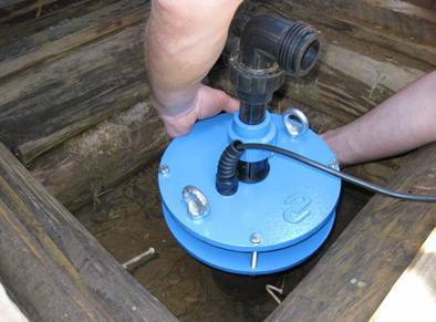 Устройство для фиксации насоса и предотвращения засорения скважины