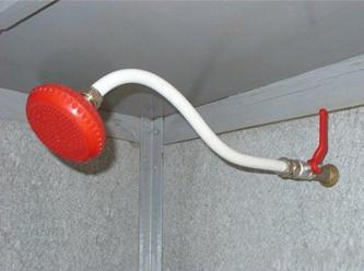 Душевая лейка, пластиковая труба и кран, составляющие душ