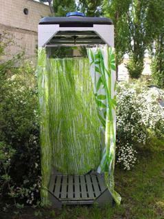 Летний душ, собранный из каркаса и защитной пленки