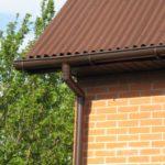 Как организовать отвод воды с крыши