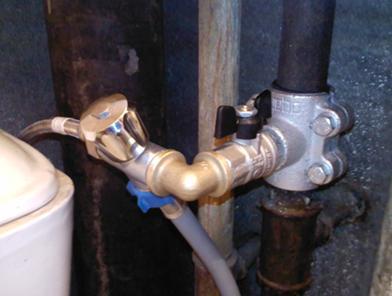 Присоединение наливного шланга к установленному крану