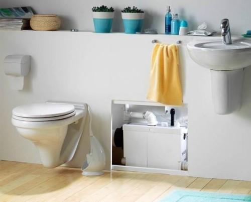 Канализационный насос поверхностного типа, установленный в ванной комнате