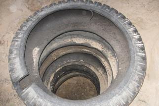 Дренажный колодец, сооруженный из автомобильных шин