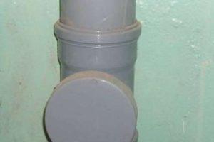 Типичный канализационный стояк из пластиковых труб