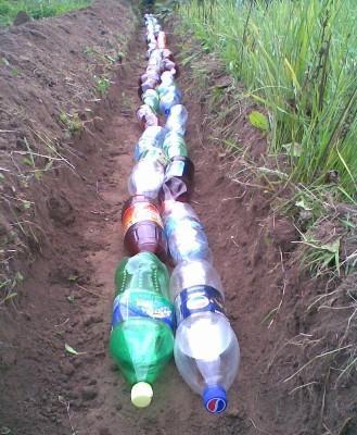 Уложенные для дренажа бутылки