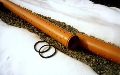 Укладка перфорированных труб на гравиевую «подушку»