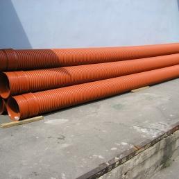 Гофрированные трубы канализации выдерживают большие в сравнении с гладкими внешние нагрузку, следовательно, могут укладываться на большую глубину