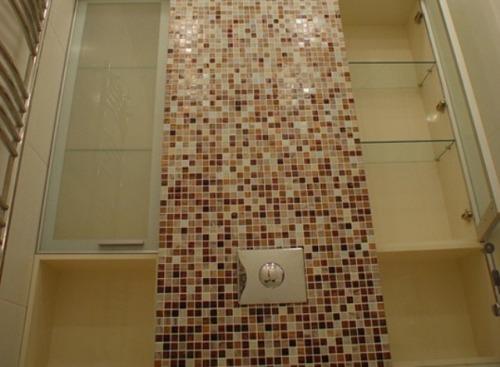 Гипсокартонный каркас в туалете, облицованный мозаикой
