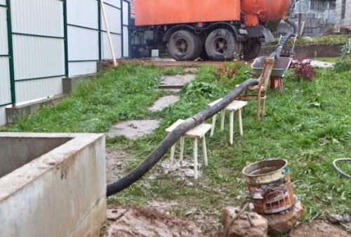 Стоит учесть, что часть длины шланга может потребоваться для доступа к яме
