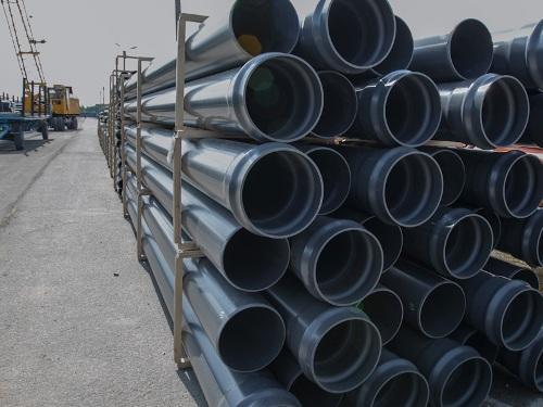 Трубы из поливинилхлорида на заводе