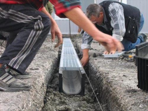 Монтаж системы водоотведения, состоящей из водоотводных лотков