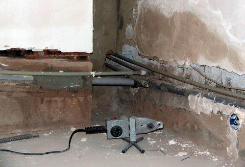 Прокладка трубопровода в стене