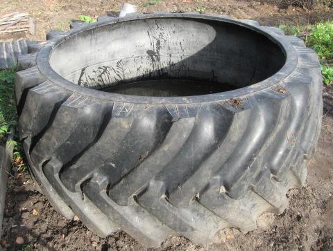 Для ямы большого объема можно использовать покрышки более метра в диаметра