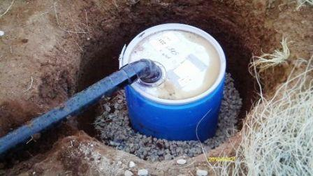 Выгребную яму можно сделать даже из бочки