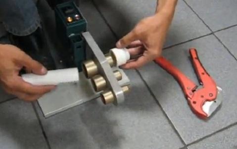 После нескольких пробных фитингов даже новичок может приступать к сборке водопровода