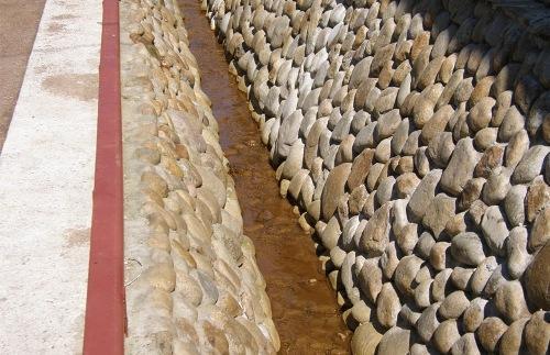 Вбитые камни – очень известный, однако не самый надежный способ укрепления