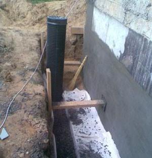 Дренажная канава спасет от повреждения фундамента